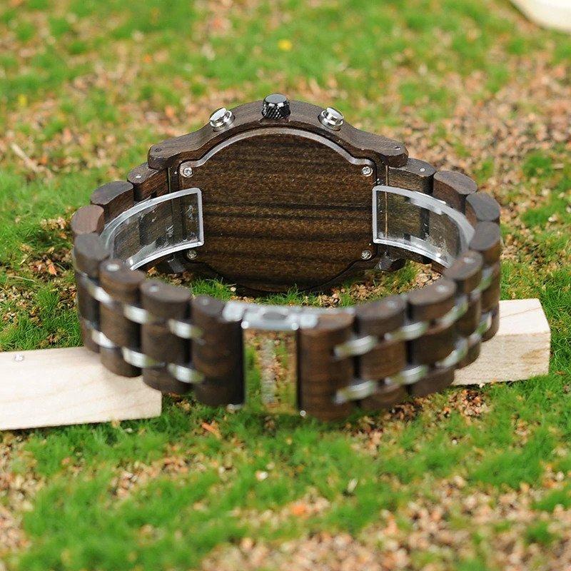 Drewniany zegarek Bobo Bird Lux Dark P19-1 na trawie
