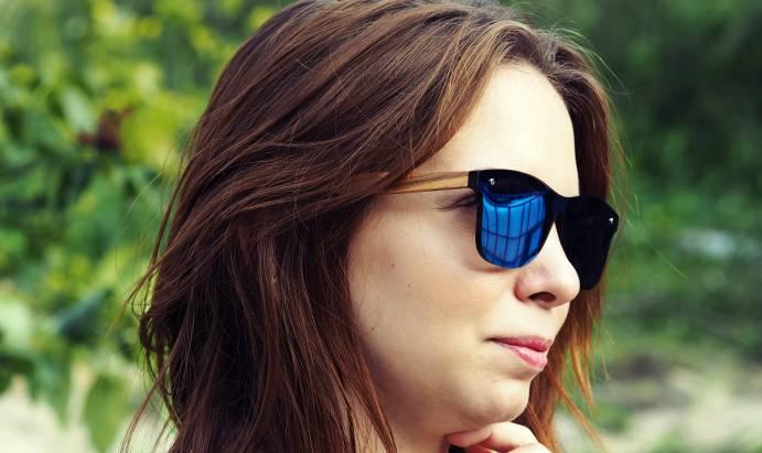 Okulary przeciwsłoneczne lustrzanki na twarzy